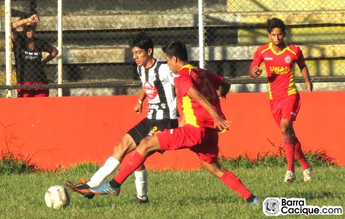 Jorge Espinoza, inscrito con la juvenil especial, jugó con el primer equipo el pasado domingo